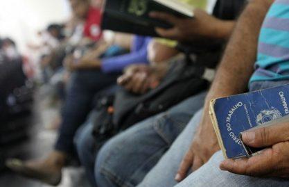 Taxa de desemprego fecha 2017 em 11,8%, revela IBGE