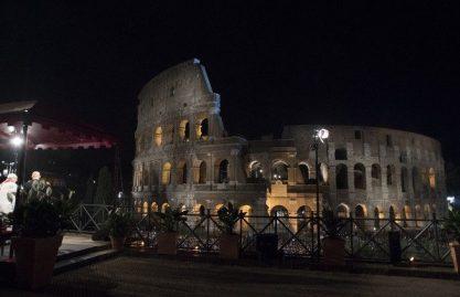 """""""Eu vejo Jesus"""": as vozes dos jovens autores da Via Sacra no Coliseu"""
