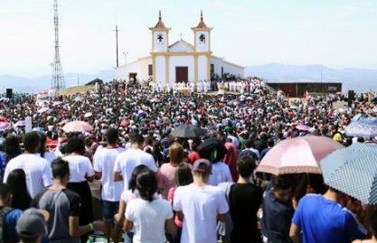 Jovens se preparam para peregrinação à menor basílica do mundo