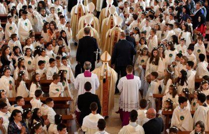 Crianças fazem a Primeira Comunhão com o Papa em Rakovsky